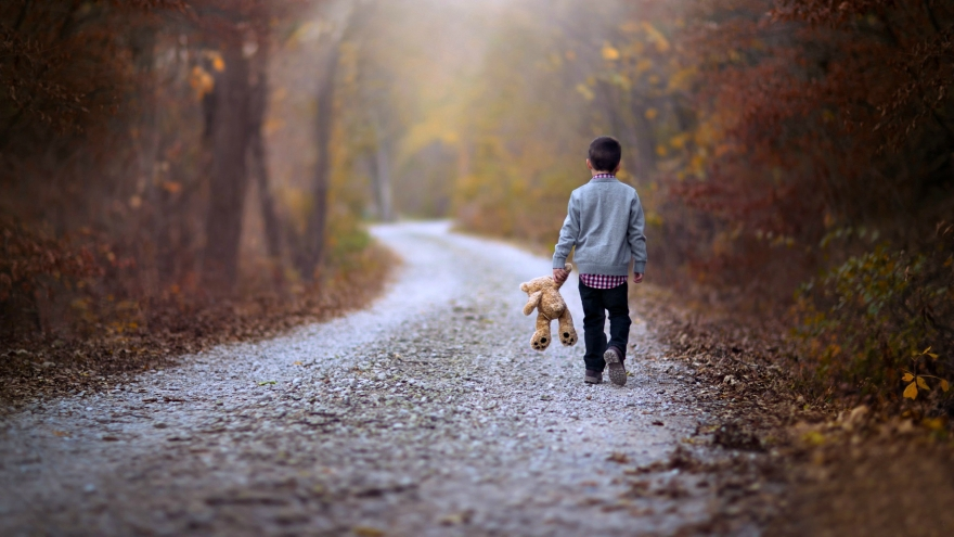 beautiful-girl-walking-on-road-lonely-7